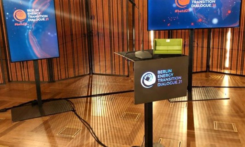 greensofa_betd: ✨#ThrowbackThursday – Now it is already a week ago that the #betd21 is over & that our #greensofa is again on a journey #aroundtheworld. Do you have photos from past years on the green sofa? 👇Post them in the comments👇 #JointheDialogue
